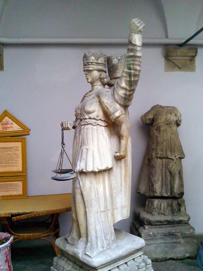 Цікавим спогадом про стародавні львівські публічні покарання любовних та інших злочинів є «Стовп ганьби», що стояв у місті з 1425 року – раніше дерев'яний, потім замінений на кам'яний. Зараз він знаходиться в Італійському дворику Львівського історичного музею (джерело фотографії http://shidulvovi.blogspot.com/2012/04/blog-post_23.html).