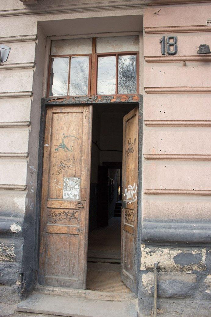"""Під'їзд по вул.Київській, 18, де збереглися кахлі """"Hirschtritt i Eber Lwów"""", 2016 рік"""