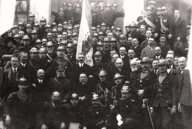 Пожежна команда біля освяченого прапора, початок XX ст.