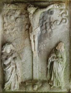 Зображення Ісуса на хресті, зі стоячими під хрестом Богородицею та Апостолом Йоаном на кубі-каплиці з колони Сикстів. Сучасне фото. Автор: Д.Каднічанський