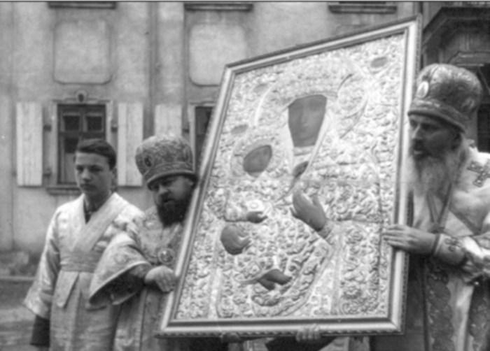 Єпископи Макарій і Нестор несуть до храму Св. Юра ікону Божої Матері, привезену з Києво-Печерської лаври. 10 березня 1946 року