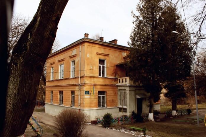 Вілла на вулиці Кирила і Мефодія. Композиційне вирішення головного фасаду симетричне, на ньому акцентом виступає засклена веранда, оздоблена балясиною.