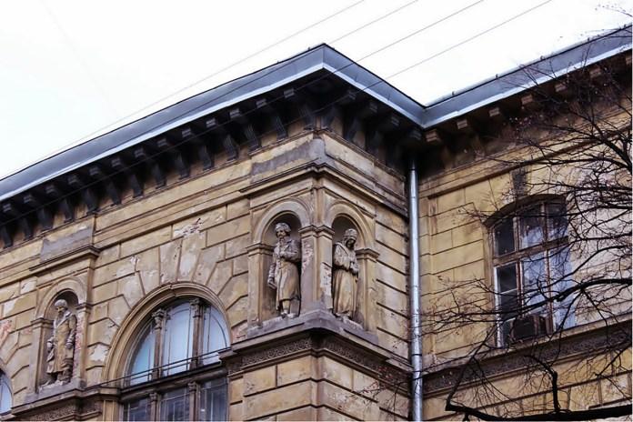 Елемент фасаду будинку гімназії №3 імені Франца-Йосифа I