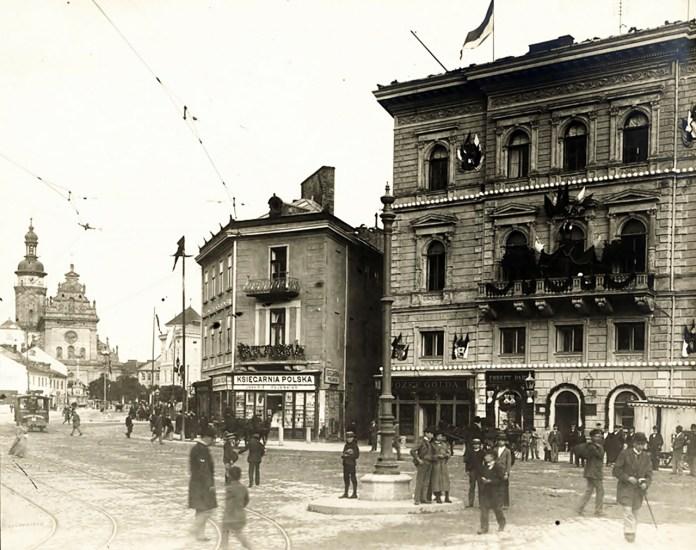 Площа Галицька, по якій курсує електричний трамвай. Фото 1894 р.