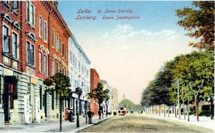 Сучасна вулиця С. Бандери на листівці, 1916 рік. Дальня червона будівля – будинок № 25.