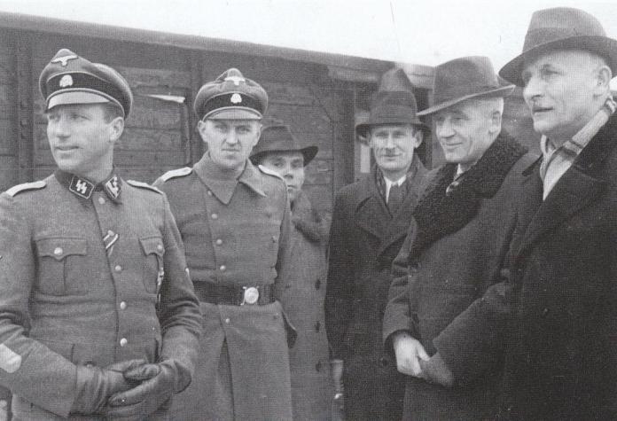 Офіцери бойової групи разом з членами Військової управи «Галичина» під час перебування частин групи «Байєрсдорф» у Львові. Крайній зліва – гауптштурмфюрер СС Карл Бріштот, досвідчений фронтовик, командир піхотного батальйону.