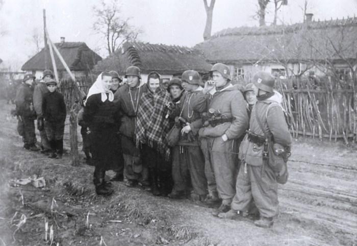 Українські дівчата радо вийшли привітати вояків бойової групи під час патрулювання.