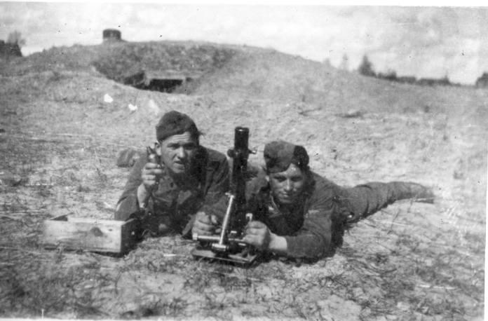 Мінометники бойової групи на вправах з 50-мм мінометом