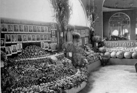 """Внутрішня експозиція с/г виставки, що розміщувалась всередині """"Підкови"""". Фото 1957 року"""
