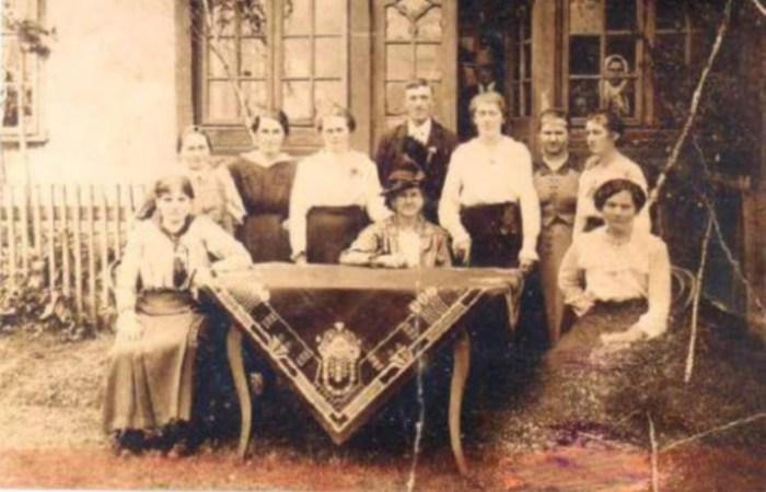 Жителі хати №4 колонії Кьонігсау (с. Рівне). Фото першої пол. XX ст.