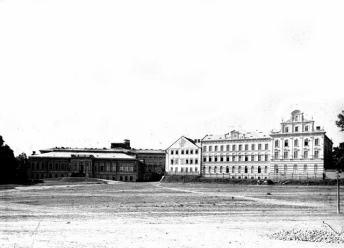 Монастир Святого Серця та будівля хімічної лабораторії. Фото 1880-х рр.