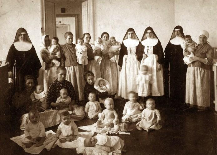 Сестри згромадження Сестер св. Йосифа з вихованцями закладу і їх матерями. Джерело: http://www.rkc.lviv.ua/