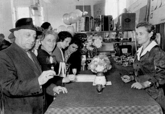 """Продаж """"дефіцитних товарів"""" на ринку Центральний. Фото 1964 року"""