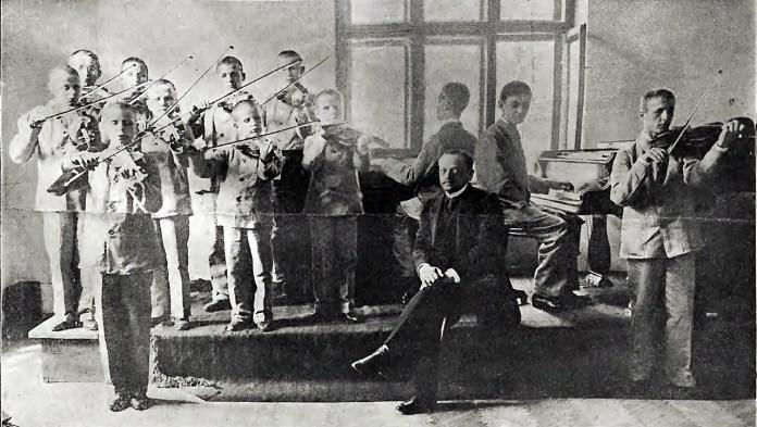Публічний музично-вокальний іспит вихованців закладу для незрячих. ФОто - Марек Мюнц, 1906 р.