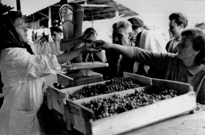 Продаж винограду на ринку Центральний. Фото 1964 року