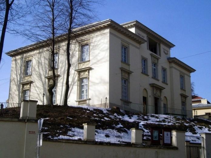 Вілла-палац, збудована в 1923–1925 рр. за проектом Яна Баґенського для Антонія Увєри, торговця тканинами, власника готелю «Європейський» – тепер тут розташований Музей Івана Франка