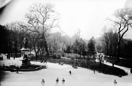Єзуїтський сад, у якому колись був встановлений пам'ятник Аґенору Ґолуховському. Знищений 1959 р. Фото поч. ХХ ст.