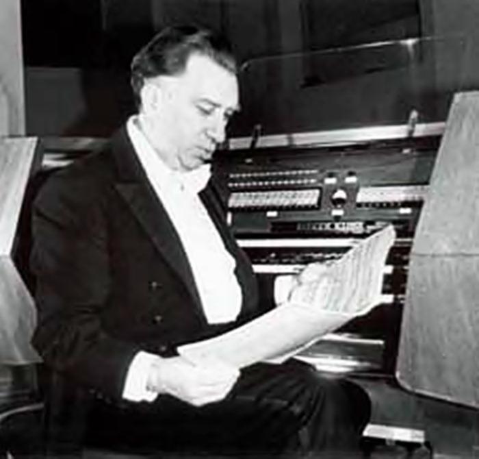 С. Дайч за пультом львівського органу (фото сина Самуїла Володимира Дайча)