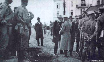 Т.Рутовський передає на Личаківській рогатці ключі від Львова генералові фон Роде. Фото 1914 року