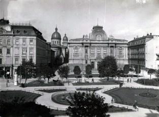 Вигляд площі перед Оперним театром в міжвоєнний період. Фото 1920-1930 рр.