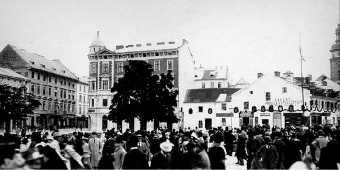 Увінчана святковими гірляндами Бойківська кам'яниця на площі Галицькій. Фото 1894 року