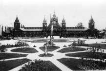 Павільйон промисловості та площа перед ним під час Крайової виставки в Стрийському парку. Фото 1894 року