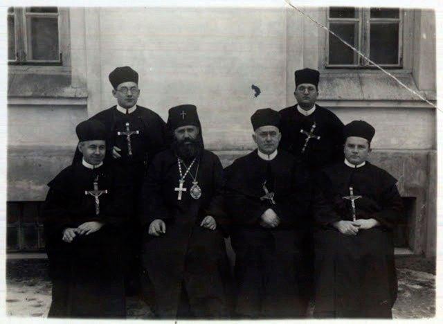 Отець Йосиф де Вохт (сидить другий праворуч) з владикою Миколаєм Чарнецьким та співбратами по чину