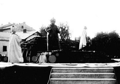 Виступ єврейських акторів у сквері «Під сорокою» – тут театр розпочав свою діяльність на маленькій площі зі сквером при перетині вулиць Замкової та Татарської. Фото кінця ХІХ ст.