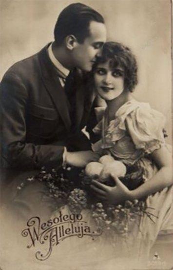 Пара на вітальній фотографії з нагоди Великодніх свят, між 1900–1930 рр. Джерело: https://polona.pl