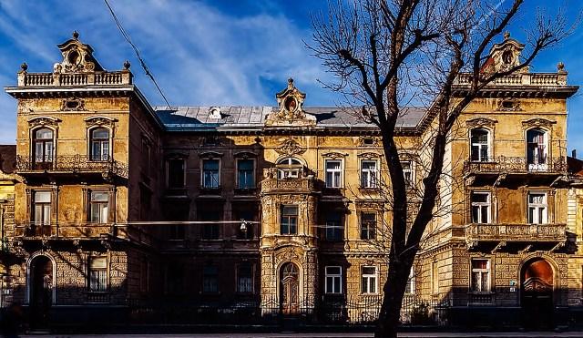 Прибуткова кам'яниця на вулиці Тершаківців, №4. У 1901—1931 роках тут був Польський шкільний музей