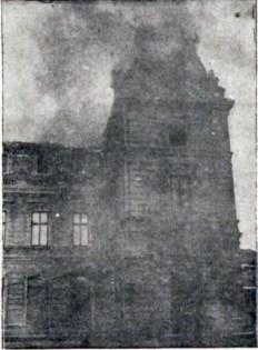 Пожежа в палаці Потоцьких після падіння на нього літака американського пілота. Фото 1919 року