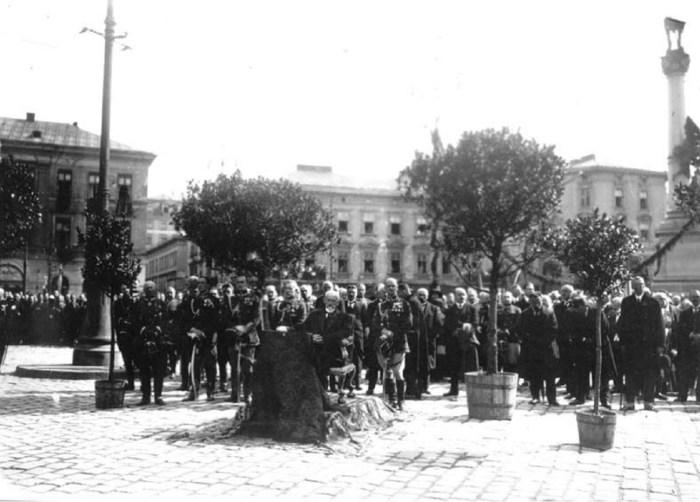 На фото на урочистому місці ймовірно сидить Т.Рутовський, після свого повернення з російського ув'язнення. Фото 1917 року