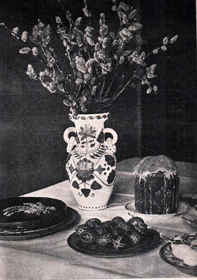 Великодній стіл. На столі з освяченим ваза, розмальована в полтавському стилі. Виконана в мистецькій робітні С. Литвиненка у Львові, 1938 р.