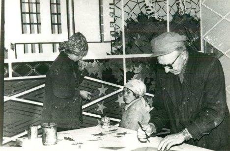 Іван Хандон з жіночою бригадою за роботою.
