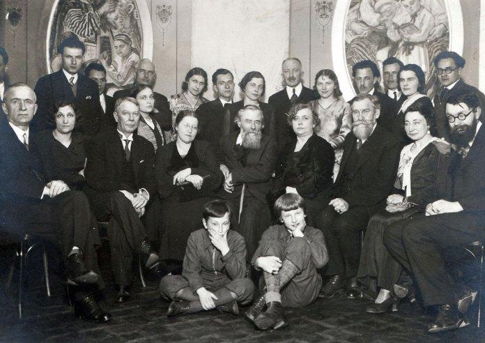 Олекса Новаківський у товаристві учнів та шанувальників під час святкування іменин митця. 1933 р.