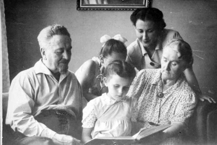 Фотографія професора із другою дружиною Анною, дочкою Яніною та внучками – Христиною і Євою. 1956 рік