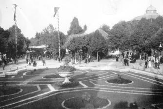 Клумба, облаштована в фонтані під час Східних Торгів. Фото 1921-1939 рр.
