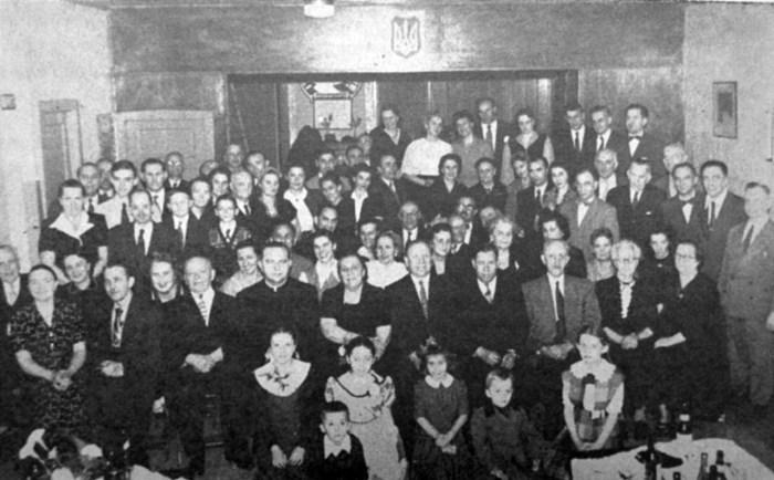 Зустріч перемишльців у Чикаго в грудні 1953 р. С. Дмоховський сидить у 1-му ряді третій зліва (Перемишль. Західний бастіон України : Зб. матер. до історії Перемишля і Перемиської землі. – Нью-Йорк; Філадельфія, 1961)