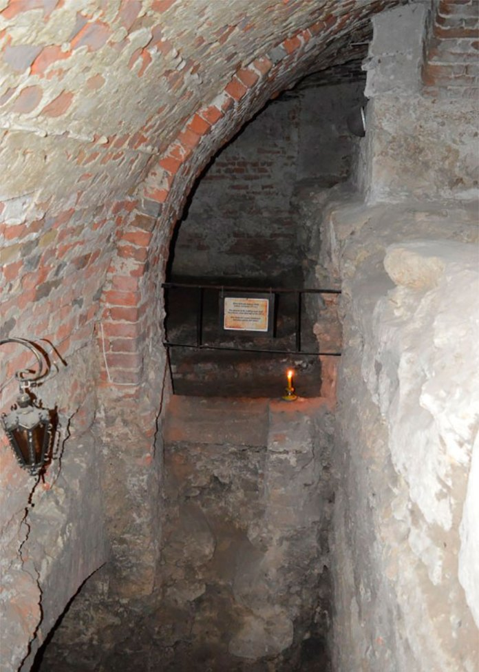 Залишки вікна будинку 14 ст. зі слідами від грат в глибинах підземелля костелу єзуїтів