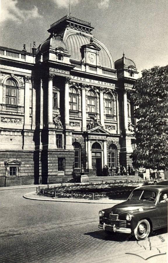 На цій світлині поч. 1950-х рр. ще видно скульптури П. Війтович та Г. Кузневича