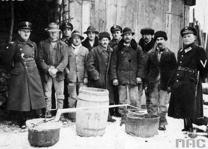 6.Ліквідація нелегального самогоноваріння, 1918-1939 рр. Джерело: http://niezlomni.com/policja-w-ii-rp-zobacz-zdjecia-jak-prezentowali-sie-funkcjonariusze-i-funkcjonariuszki-foto/