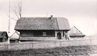 Хата з села Тухолька, де і зроблено фото