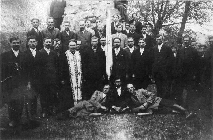 Отець Максиміліан Коверко з, членами Просвіти, ветеранами УГА.