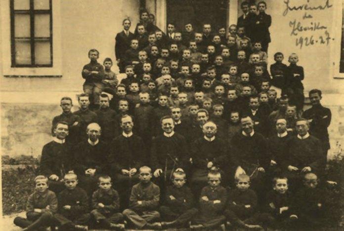 Отець Миколай Чарнецький (сидить у другому ряді третій праворуч) з отцями-редемптористами та вихованцями ювенату. 1926 – 1927 рр. - https://picasaweb.google.com/116226675049743659000/DsPjTJ