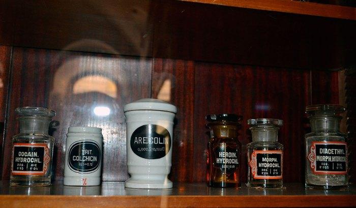 Пляшечки в аптеці (фото Тетяна Жернова, 2016р)