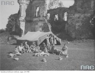 Краєзнавчий самбірський жіночий табір біля руїн замку в Мурованому. Фото 1933 року