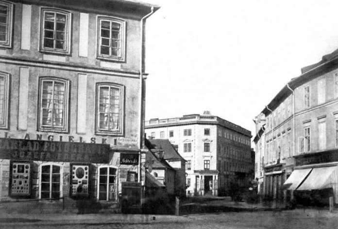 Готель Англійський на розі проспекту Свободи та вул. Гнатюка. На фото помітно також вивіску фотосалону Ю.Едера. Фото 1860-х рр.