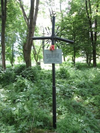 Пам'ятний хрест на місці цвинтаря. Фото: Патер Анастасії