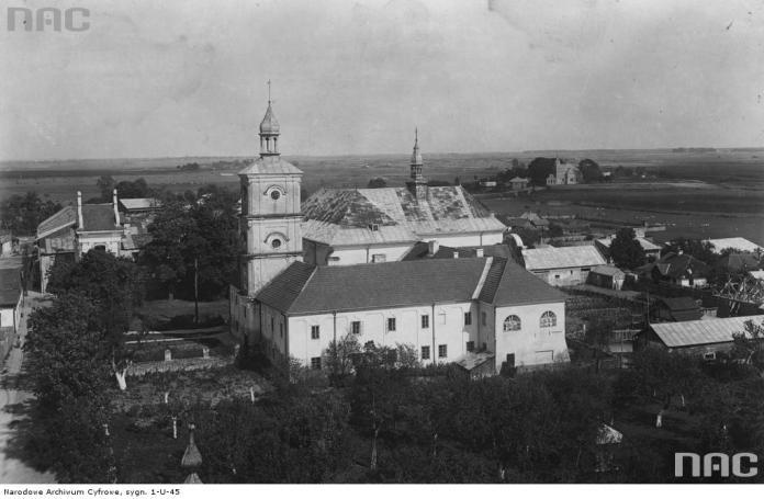 Панорама міста Белз. На передньому плані костел та монастир домініканців. Фото 1920-1939 рр.