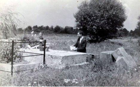 Могила єпископа Миколи Чарнецького на Кульпарківському кладовищі. Фото 1960-х рр.